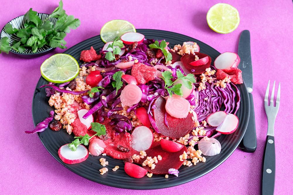 Rode wintersalade met rode kool en bietenmousse