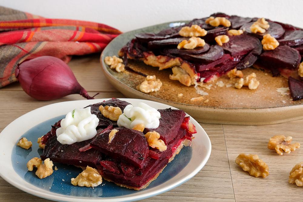 Rode bieten tarte tatin met mierikswortelmousse, vegan groenten