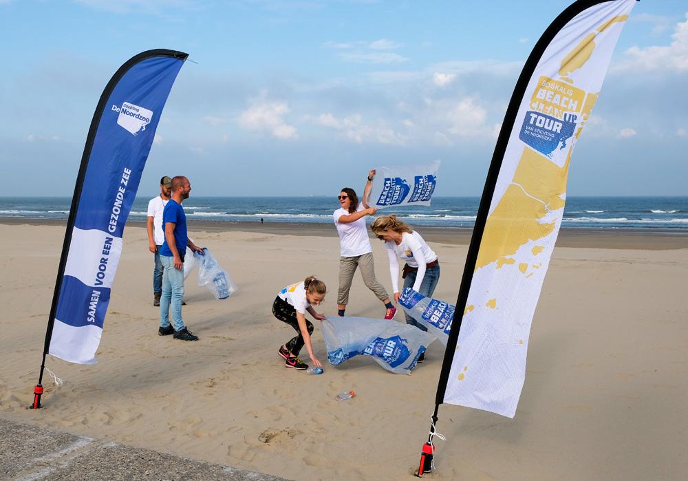 (Plastic) afval verzamelen voor alle leeftijden. Boskalis Beach Cleanup Tour, schoonmaken van het strand, onder meer door plastic te verzamelen