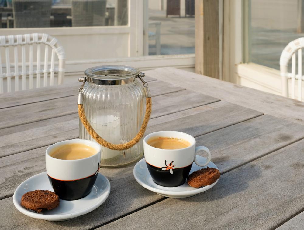 Een espresso als brandstof voor de Boskalis Beach Cleanup Tour. Boskalis Beach Cleanup Tour, schoonmaken van het strand, onder meer door plastic te verzamelen