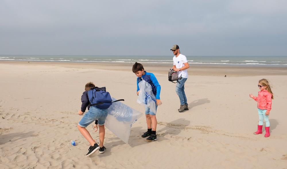 . Boskalis Beach Cleanup Tour, schoonmaken van het strand, onder meer door plastic te verzamelen