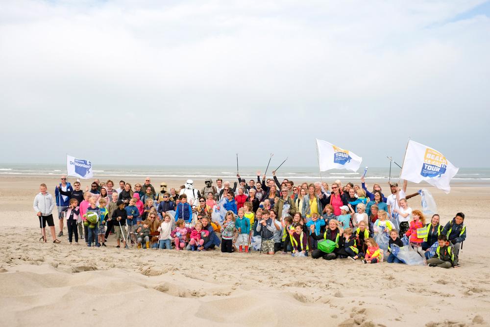Nog een groepsfoto van de etappe-deelnemers en dan aan het werk. Boskalis Beach Cleanup Tour, schoonmaken van het strand, onder meer door plastic te verzamelen