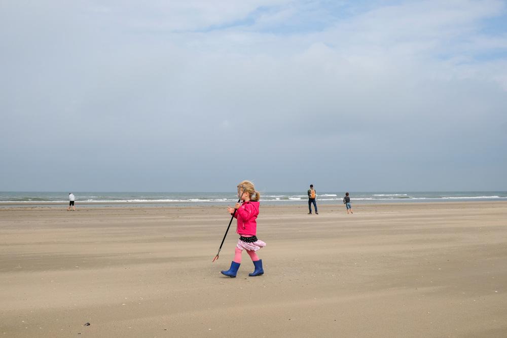 Je kunt niet jong genoeg beginnen met afval verzamelen. Boskalis Beach Cleanup Tour, schoonmaken van het strand, onder meer door plastic te verzamelen