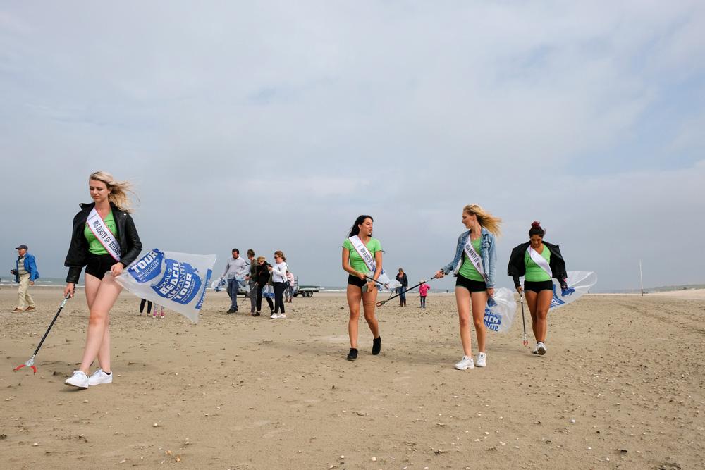De Nederlandse Miss'en lopen ook mee met de strandopruimactie. Boskalis Beach Cleanup Tour, schoonmaken van het strand, onder meer door plastic te verzamelen