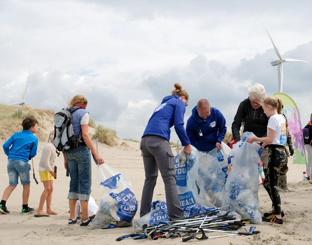 Iedere deelnemer van de Boskalis Beach Cleanup Tour levert na afloop de zak met afval in. Boskalis Beach Cleanup Tour, schoonmaken van het strand, onder meer door plastic te verzamelen