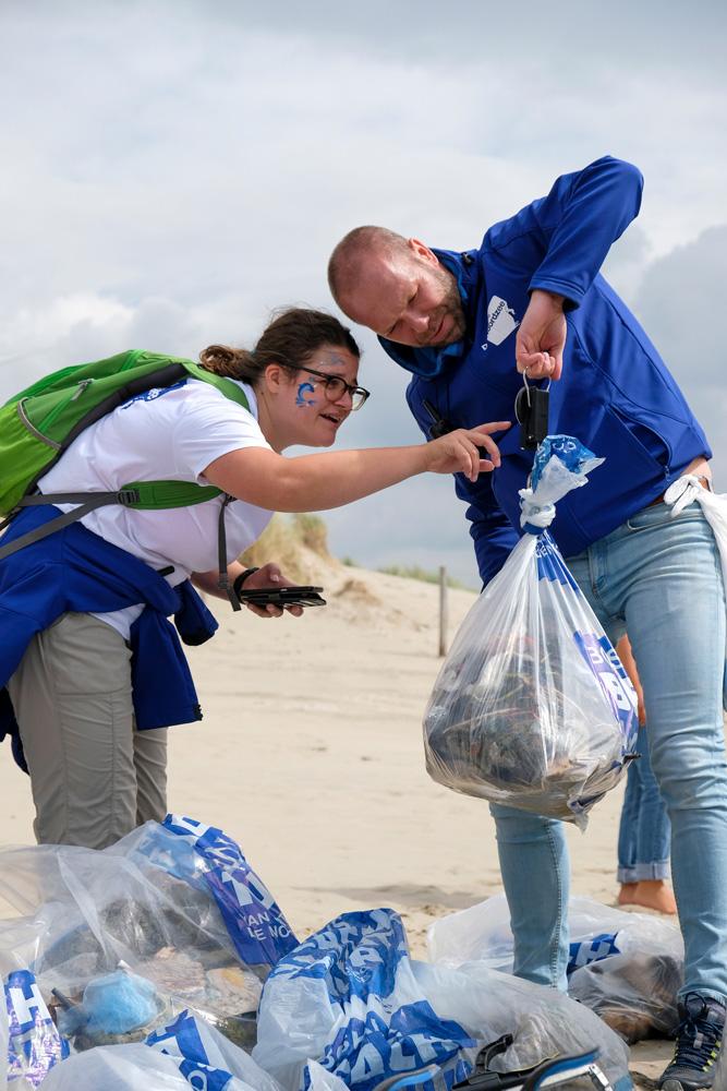 De gevonden hoeveelheid afval wordt iedere dag gewogen door Stichting De Noordzee-medewerkers. Boskalis Beach Cleanup Tour, schoonmaken van het strand, onder meer door plastic te verzamelen
