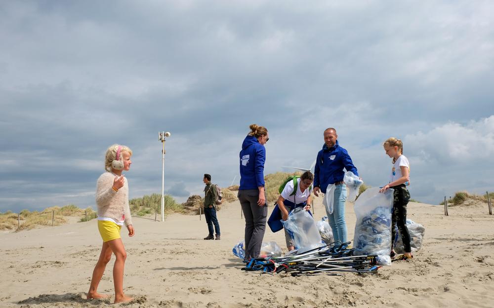 De buit van de dag, zakken vol plastic- en ander afval. Boskalis Beach Cleanup Tour, schoonmaken van het strand, onder meer door plastic te verzamelen