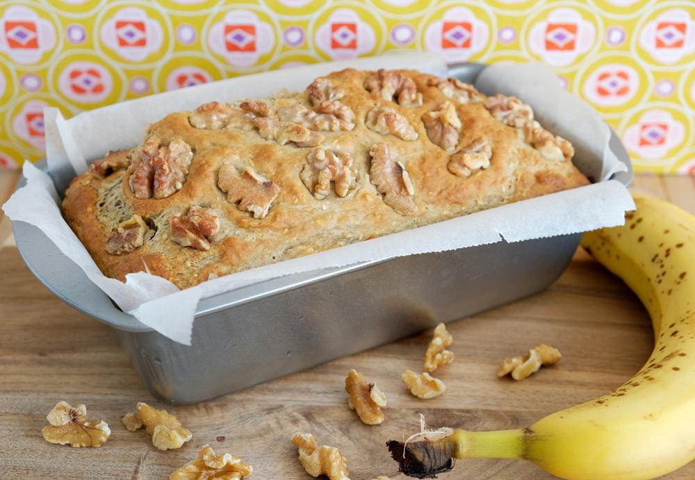 Dankzij het bakpapier kun je het bananenbrood zo uit het bakblik tillen