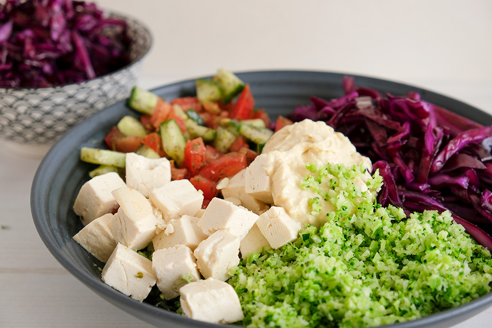 Vegan broccolirijst buddha bowl met rode kool