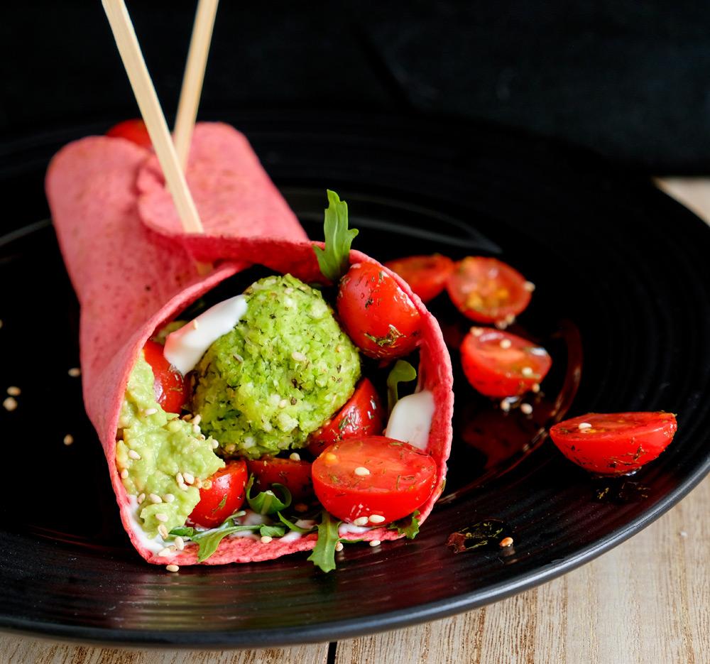 edamame falafel in een bietenwrap met tomaatjes en limoenmayonaise