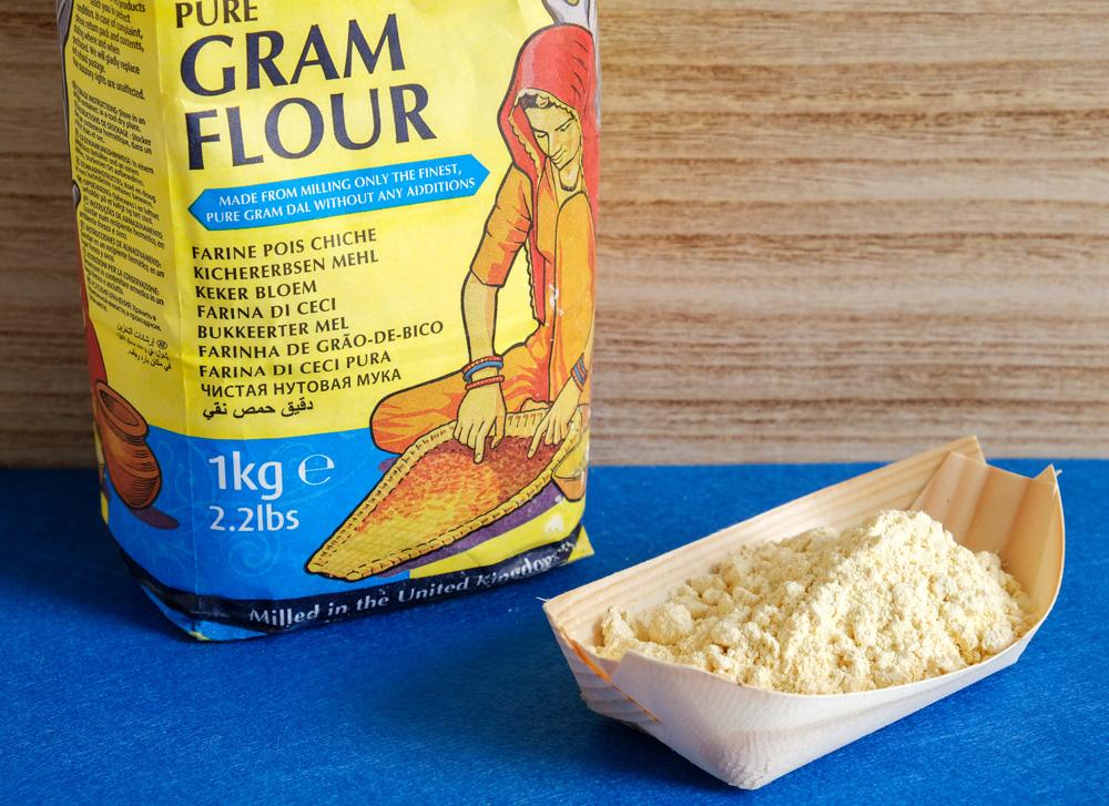 Kikkererwtenmeel of gram flour zoals het op dit pak uit de toko heet