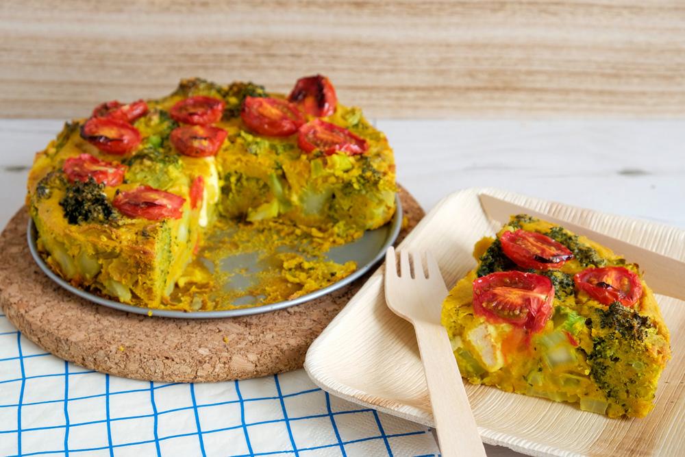 Vegan kikkererwtenmeel-quiche met broccoli en tomaat