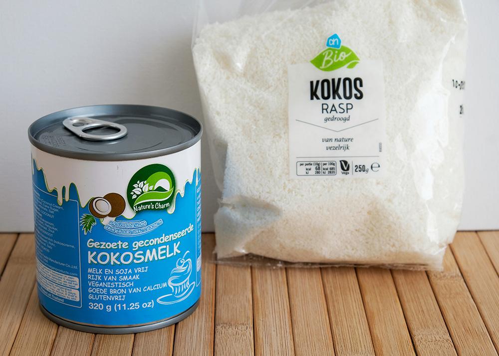De basis-ingrediënten voor plantaardige kokosmakronen: kokosrasp en gecondenseerde kokosmelk