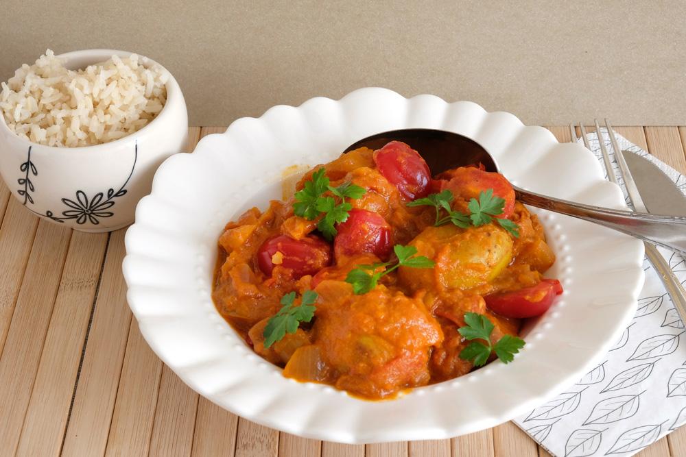 Aardappelcurry met tomaat en rode ui. met zilvervliesrijst