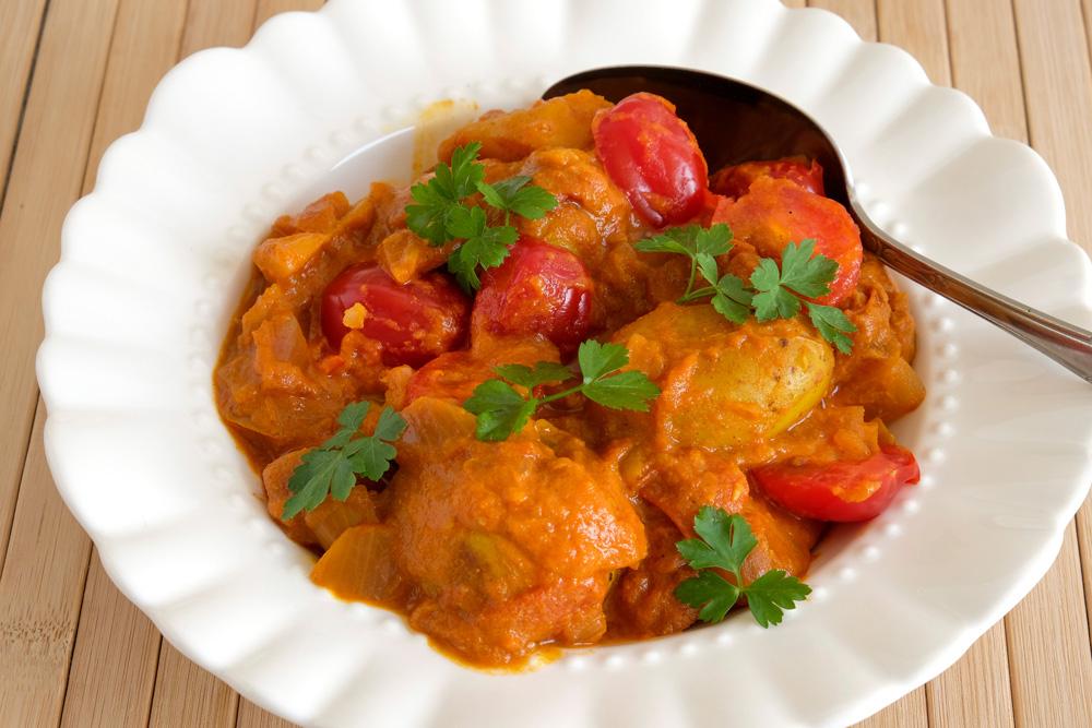 Aardappelcurry met tomaat en rode ui