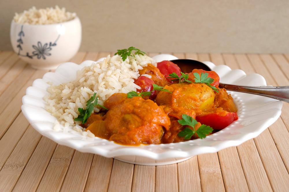 Vegan aardappelcurry met tomaat en rijst