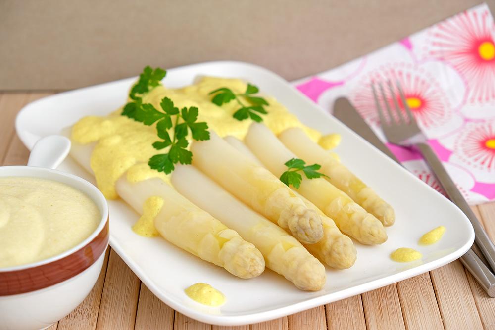 Witten asperges met vegan saus. Dankzij de kala namak heeft de saus een echte ei-smaak