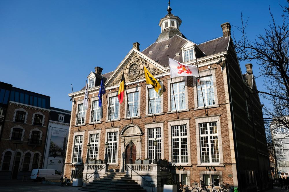 In het centrum van Hasselt staan nog mooie oude gebouwen, zoals het Stadhuis. Stedentrip Hasselt, Belgie, hotspots, wandelingen, winkels, winkelen, tips, wandelen