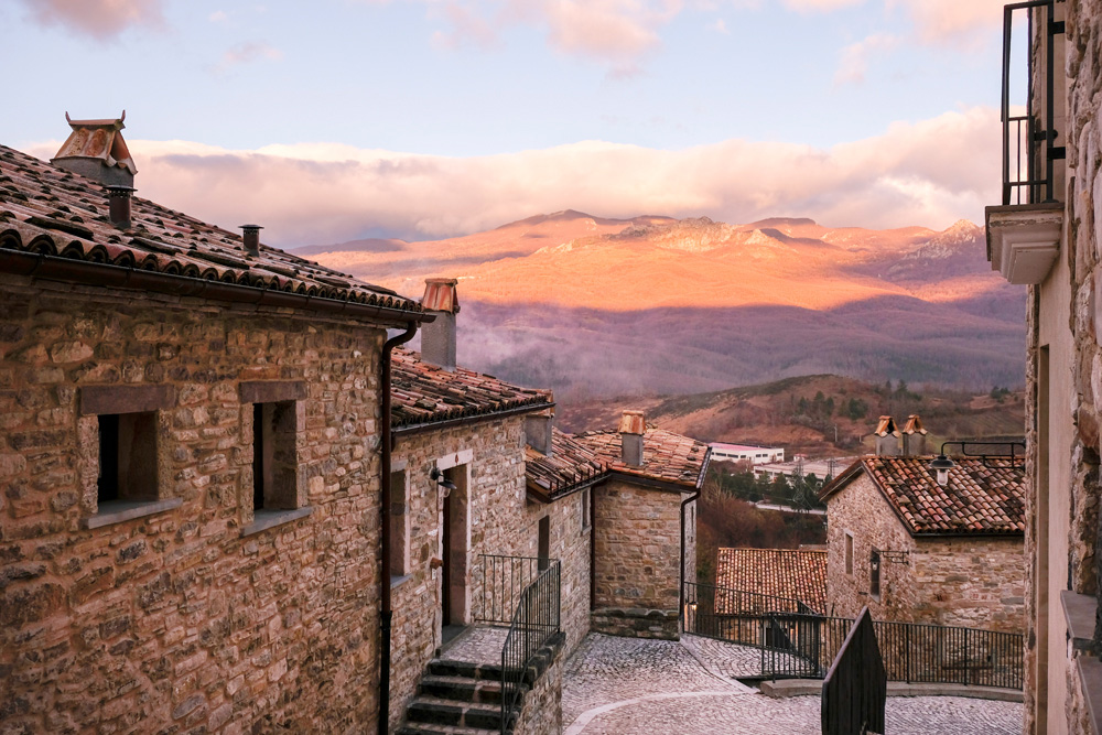 De straatjes rondom hotel Borgotufi in Castel del Giudice. Molise, Italie, duurzame rondreis in een ontontdekte regio. Moleasy