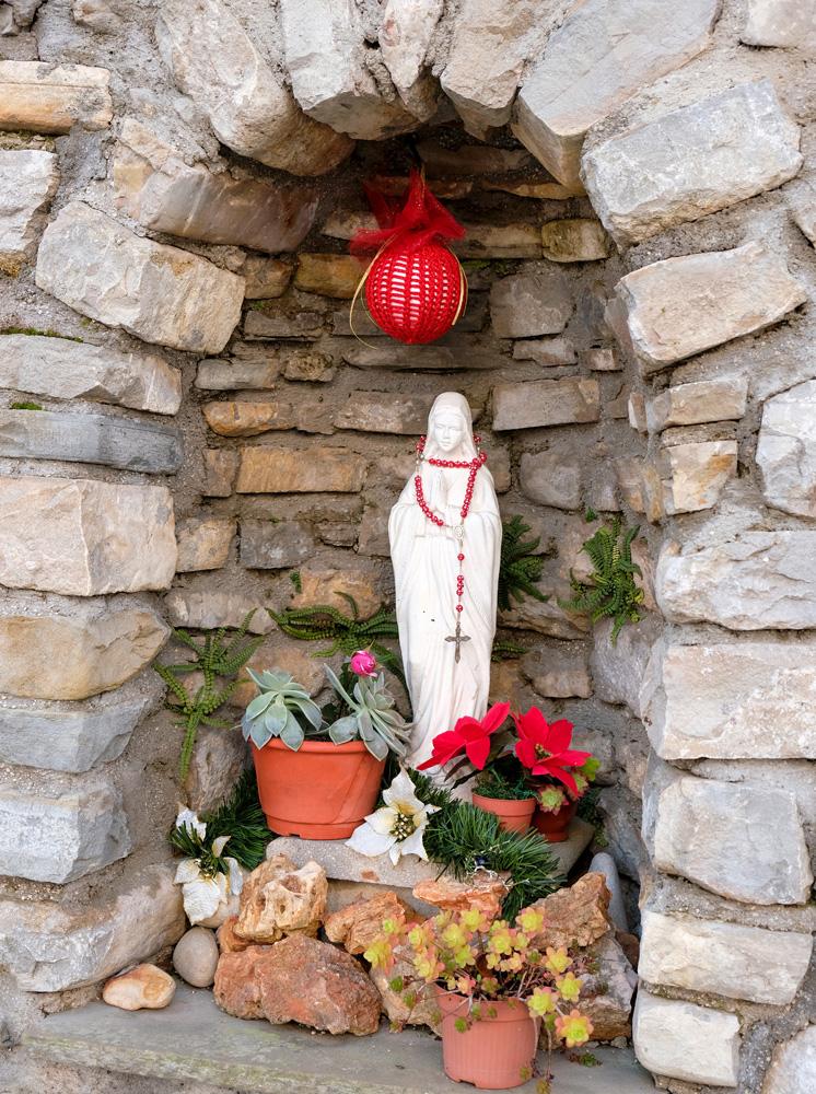 Een religieus beeldje is nooit ver weg in het katholieke Italië . Molise, Italie, duurzame rondreis in een ontontdekte regio. Moleasy