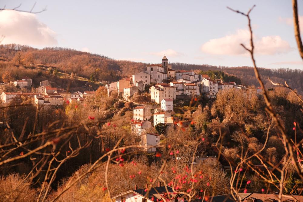 Castel del Giudice met hotel Borgotufi op een van de bergtoppen in Molise. Molise, Italie, duurzame rondreis in een ontontdekte regio. Moleasy