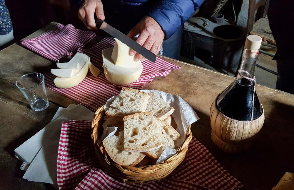 Kaas van de boerderij, gemaakt door de moeder van Rocco. Molise, Italie, duurzame rondreis in een ontontdekte regio. Moleasy