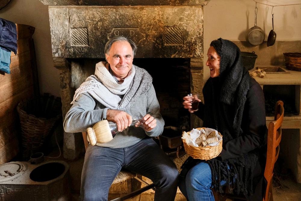 Eigenaar Rocco in het museum-huisjes dat nog helemaal authentiek ingericht is. Molise, Italie, duurzame rondreis in een ontontdekte regio. Moleasy
