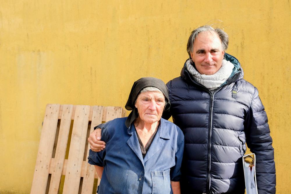 De bejaarde moeder van Rocco werkt nog iedere dag mee op de boerderij. Molise, Italie, duurzame rondreis in een ontontdekte regio. Moleasy
