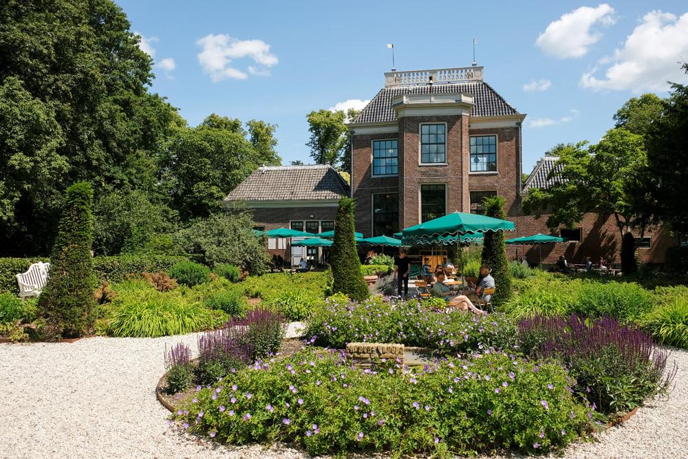 In de tuin van Huize Frankendael ligt een prachtg terrasPark Frankendael in Amsterdam Watergraafsmeer. Groen in de stad.