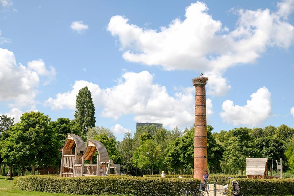 Bij de speelplaats broed een stel ooievaars. Park Frankendael in Amsterdam Watergraafsmeer. Groen in de stad.