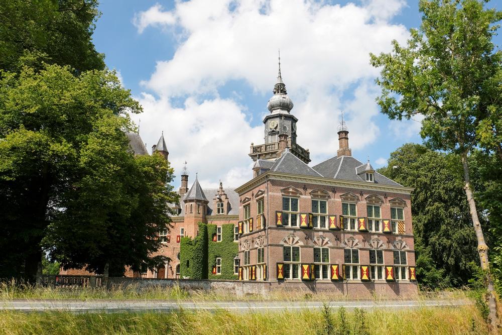 Kasteel Nijenrode werd in 1946 universiteit, varen over de Vecht met de Fietsboot