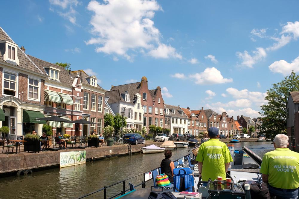 Maarssen wordt wel klein Amsterdam genoemd vanwege de grachten en grachtenpanden. De Fietsboot vaart over de Vecht op het stuk tussen Nieuwersluis en Oud-Zuilen met stops in Breukelen en Maarssen