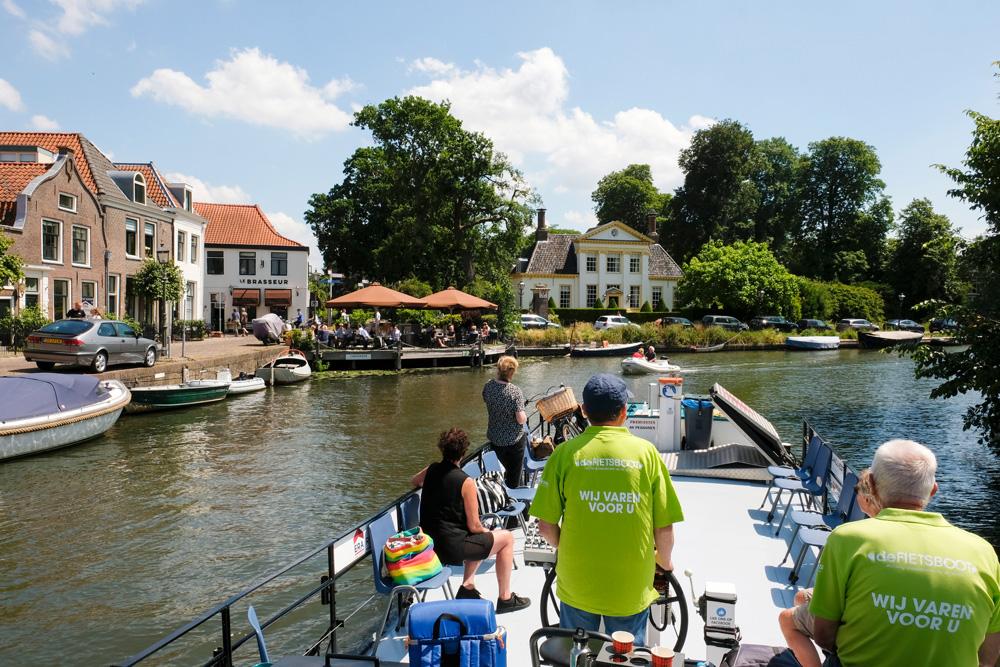 In de bocht bij Maarssen ligt Huis ten Bosch. De Fietsboot vaart over de Vecht op het stuk tussen Nieuwersluis en Oud-Zuilen met stops in Breukelen en Maarssen