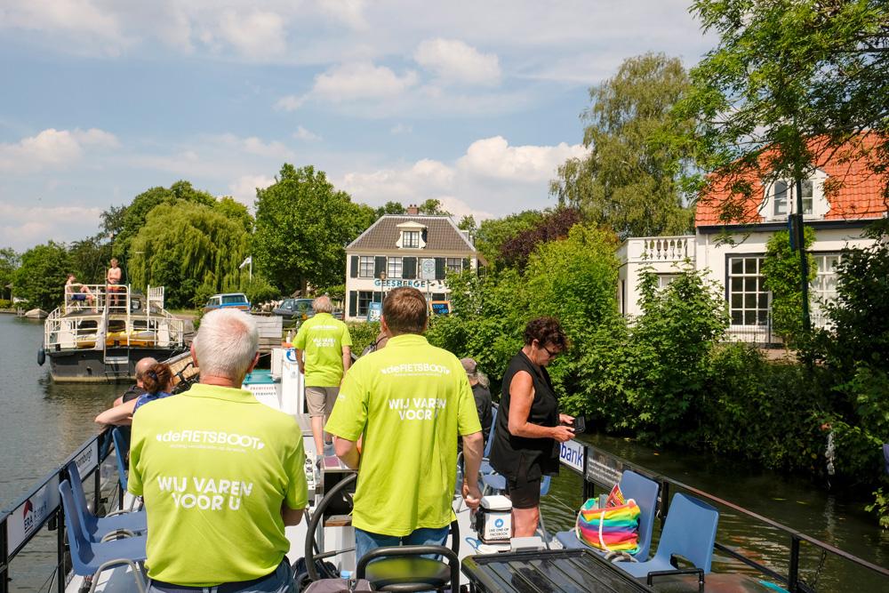 De Fietsboot vaart over de Vecht op het stuk tussen Nieuwersluis en Oud-Zuilen met stops in Breukelen en Maarssen