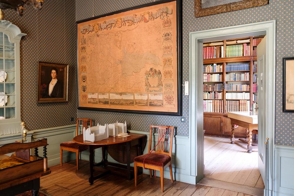 Doorkijkje van werkkamer naar bibliotheek in Slot Zuylen. Slot Zuylen in Oud-Zuilen