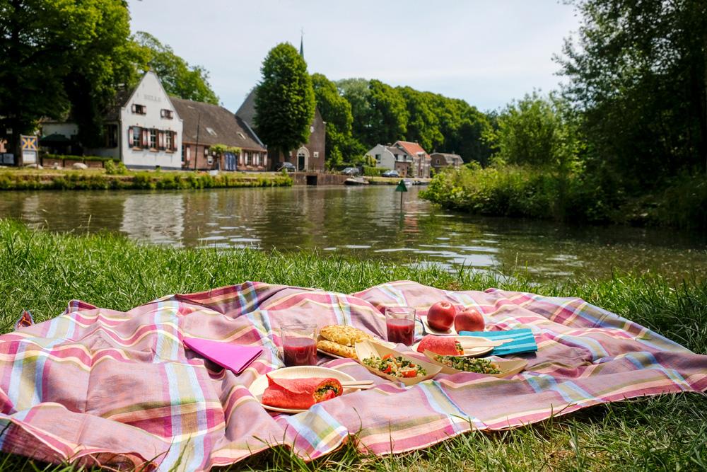 Picknicken langs de Vecht met uitzicht op Oud-Zuilen