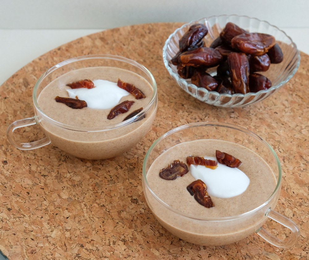 Vegan dadelsmoothie met kokos, kaneel en kardemom. plantaardig, veganistisch