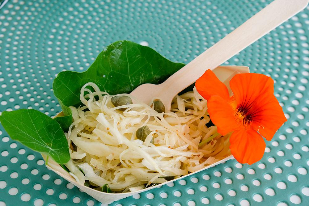 Witte kool-salade op een blad van Oost-Indische kers