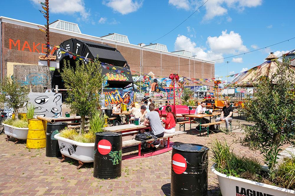 IJver: terras met uitzicht op het NDSM-plein, Amsterdam-Noord, wandelroute