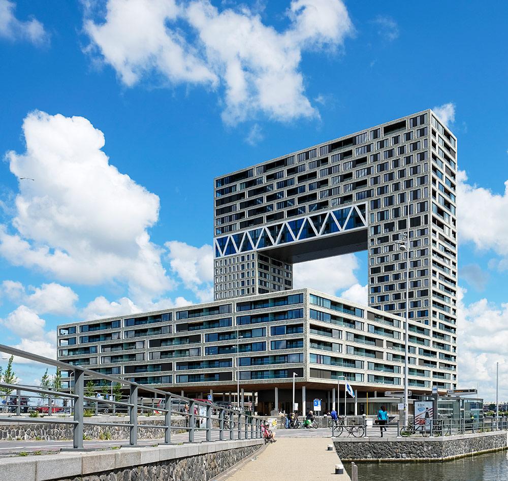 Pontsteiger, een van de iconische nieuwbouwcomplexen in Amsterdam. Wandelroute Amsterdam-Noord, wandelen, duurzaam