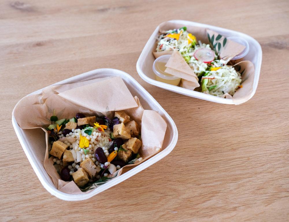 De salades worden kant-en-klaar in composteerbare bakjes beziorgd, umami, thuisbezorgd maaltijden