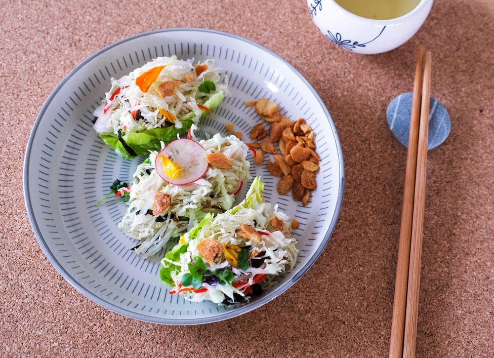Lekker fris, dit voorgerecht van little gem salade met wasabimayonaise, umami, thuisbezorgd maaltijden