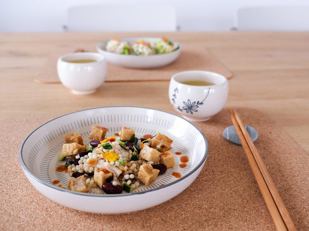 De dressing van deze salade is onvergetelijk, umami, thuisbezorgd maaltijden