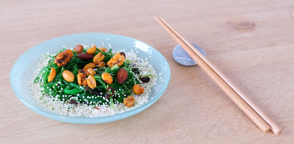 Bijgerecht, een salade van wakame zeewier, umami, thuisbezorgd maaltijden